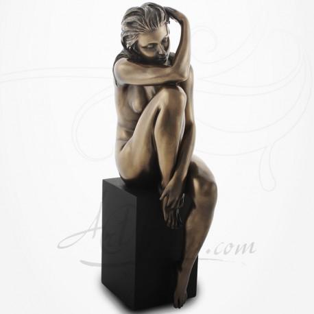 Body Talk - Femme nue assise sur socle