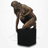 Body Talk - Femme nue à genoux sur socle, penchée sur le côté.